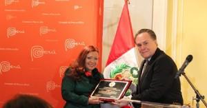 Evelyn Brooks recibe condecoracion de parte del Embajador del Peru para EEUU Harold Forsyth