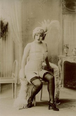 Vintage photo of a flapper girl in 20s fashion. (PHOTO BY: http://tumblr.com/tagged/vintage)