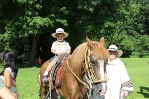 Tyler feliz de poder subir al caballo y tomarse una foto como todo un chalan Peruano.